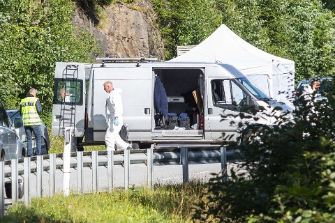 Politiet jobber nå med etterforskning på stedet, og har satt opp telt der bilen står.