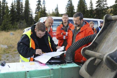 FORTELLER HVA SOM HAR SKJEDD: Mannskapet på Sea King helikopteret får informasjon av innsatsleder fra Røde Kors.Foto: Geir Norling.