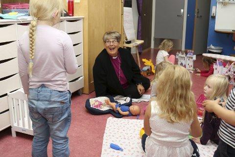 INTERESSERT: Biskop Solveig Fiske var interessert i hva barna i Eventyrskogen barnehage lekte med.Foto Geir Norling