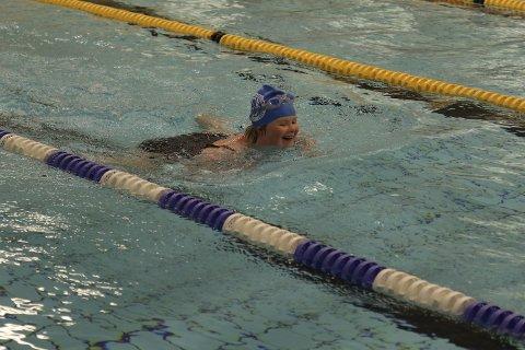 GULLJENTE: Gunhild Kjelstad fra Gjøvik Svømmeklubb var et stort smil mot mål. Hun vant gull i 50 meter fri.