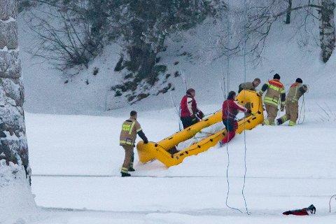 Personell fra Midt-Hedmark brann og redning frakter en død person fra Glomma lørdag. Politiet forteller søndag at de mener det er savnede Janne Jemtland.