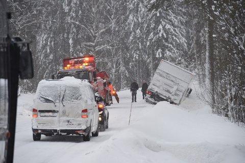 VEGEN STENGT: En brødbil havnet i grøfta på fylkesvei 246 ved Bøverbru tirsdag morgen.