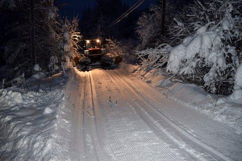 Løypekjører Marcus Bull i Søndre Land var ute i grålysningen fredag for å sette dobbeltspor på Valdresbanen.