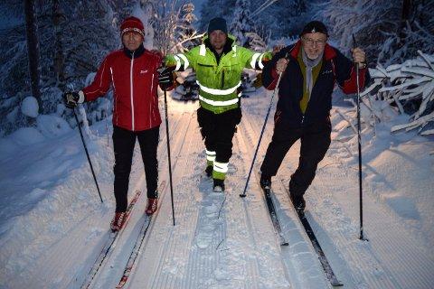 - Dette er ei skiløype alle kan mestre, sier f.v. skientusiast Bjørn Erik Edvardsen, løypekjører Marcus Bull og Gå Ta Banen-general Jens Mørch om dobbeltsporet på Valdresbanen.