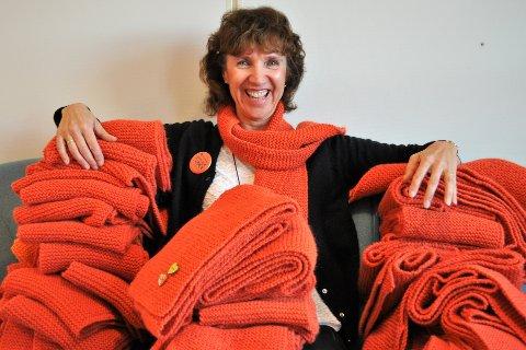 ET VARMERE SAMFUNN: Anne Katrine Kjellsby, leder for TV-aksjonen i Vestre Toten, roser alle som har bidratt i strikkedugnaden for Kirkens Bymisjon.