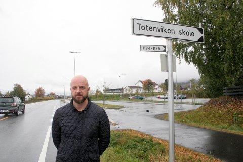 ETTERLYSER TILTAK. FAU-leder ved Totenviken skole, Anders Aasen, mener det må settes inn tiltak for å få ned farten på vegstrekningen forbi Totenviken skole.