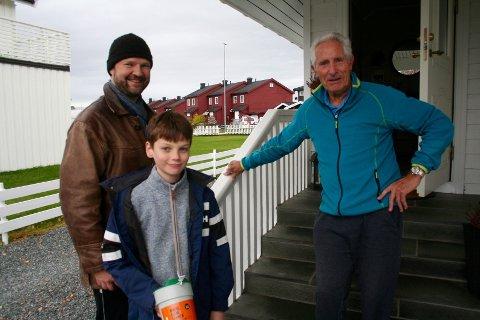 VEL MØTT. Noralf Lindalen hadde ventet på bøssebærerne fra TV-aksjonen, og sto klar med sitt bidrag da Jonatan og pappa Jon Yngve ringte på.
