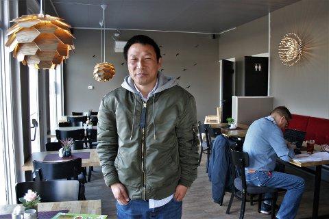 SISTE FORBEREDELSER: Dagene før åpningen lørdag er fylt av de siste forberedelsene før Xu Weijian endelig kan invitere folk inn i sin egen restaurant på Raufoss.