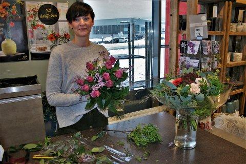 FØLGER LIVSSYKLUSEN: I yrket møter Ann Christin Snoen mennesker i alle livssituasjoner, da hun leverer til dåp og bryllup så vel som bursdager, høytider og begravelser. Det er også noe av det som er så fint med jobben, forteller hun.
