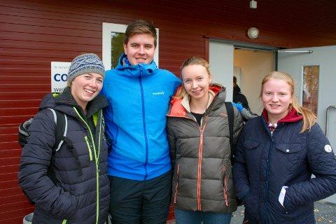 HEST HELE HELGA. Fra venstre: Caroline Nytun-Bøe fra Valdres Ride og kjøreklubb rir dressur, Marius Hoel Lundstein fra DNT, Silje Strand fra Skreia rir galopp,  og Silje Ballangrud fra Reinsvoll rir sprang.