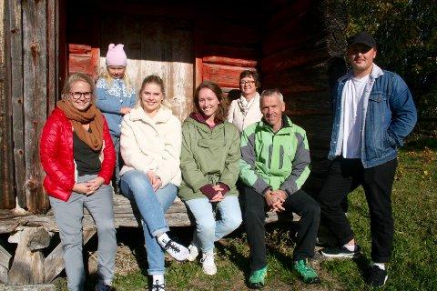 SAMLET PÅ TUNET. Søndag var familien Pettersbakken på befaring på gården som de kjøpte på sensommeren.  Fra venstre: Anne Marte Pettersbakken, Tonje Grimstad Haugen, Nanna Pettersbakken, Gry Pettersbakken, Helene Pettersbakken, Stian Pettersbakken og Boye Pettersbakken. (Med i driften av klokkergården er også Ørjan Pettersbakken og Maren Halvorsen, ikke på bildet)