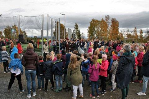 – POSITIVT FOR SKOLEN: Rektor Ragnhild Ulheim var glad for å kunne åpne den nye multisportbingen i skolegården på Kopperud tirsdag, med bort mot alle elevene tilstede.