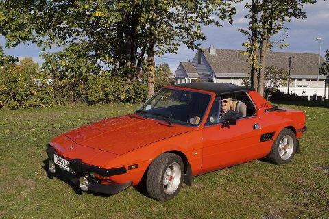 Gammel kjærlighet: Det er gått 41 år siden Holger Bredesen kjøpte denne bilen. Siden har den røde sportsbilen vært hans aller beste turkamerat.FOTO: DAG SKOGLUND