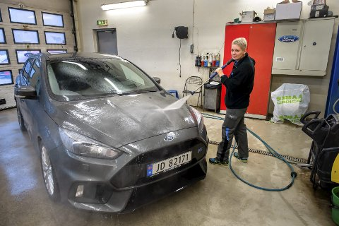 FULLT TRØKK: Bjørg Solheim har jobbet som bilklargjører ved Gustavsen Bil i Hunndalen siden 1994 og er sitt ess når hun kan gyve løs på en bil som har tilbrakt mange mil ute på sølete veier. foto: brynjar eidstuen