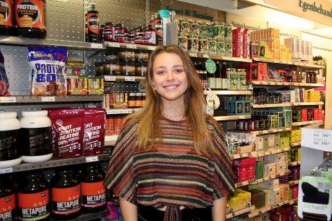 MERKER KONKURRANSEN. Ronja Sveum i helsekostbutikken Life håper at spådommene om butikkdød ikke slår til. – Vi må jobbe enda hardere, og fokus på kundekontakt og god service er enda viktigere enn før, sier hun.