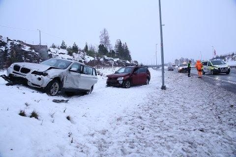 SÅPEGLATT: To biler kjørte ut ut av den såpeglatte veien på E18 ved Slitu på grunn av underkjølt regn.