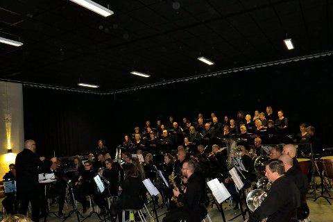 Hov Musikkorps og Nordsinni Blandede kor.