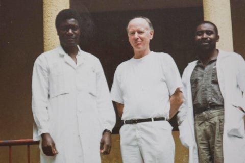 GODE VENNER: Fredsprisvinner Denis Mukwege og snertingdølen Mathias Onsrud sammen med en av deres kollegaer i Kongo.
