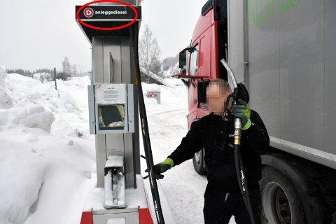Her fyller den litauiske lastebilsjåføren anleggsdiesel, og sparer dermed flere kroner per liter.