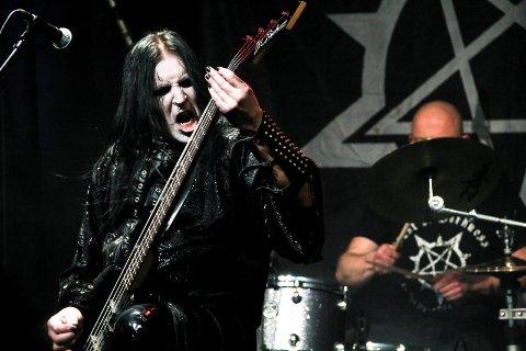 JOBBER SVART: Ingar Amlien har jobbet med og holdt liv i Crest of Darkness i 25 år, og fredag kveld spiller han og bandet på Raufoss sammen med kompisene i Borgarting.