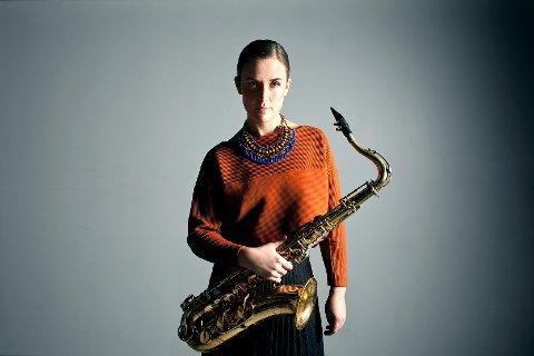 PUSTER UT: Jazzmusiker Hanna Paulsberg, som trådte sine barnesko i Hunndalen, er glad for kunstnerstipendet som gjør at hun kan fortsette å arbeide med musikk.