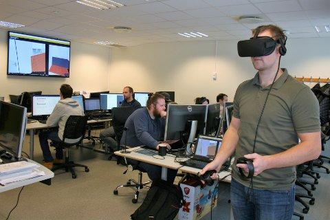 Nyeste tilskudd: I samarbeid med Vixel på Gjøvik har Fagskolen Innlandet nylig tatt i bruk VR-teknologi i undervisningen. Student Andreas Daaland beveger seg rundt i en barnehagemodell studentene brukte to uker på å lage.