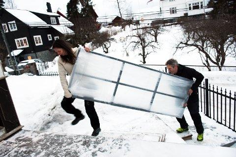 INN MED DØREN: Lena Chrobak og Svein Morten Myhre fra Myhre smie på vei inn til en montering i et hus i Bærum. Ja, gjerdet bak dem er også fra Myhre smie.
