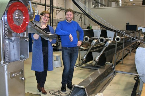 Under utvikling: Lasse Rindahl og Gro Tollefsrud Fjeld i Mustad Autoline er med på å utvikle de nye elektriske autolinerene, som testes grundig på fabrikkens egen testbane før de monteres på kundenes båter.