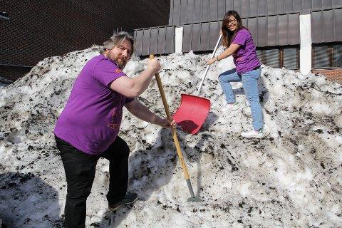 MÅKER VEI: Kenneth Dahlby og Fanny Andriana Dahlby ved Kaffka, gjør alt for å gjøre bakgården klar til første artist står på scena 25. mai.