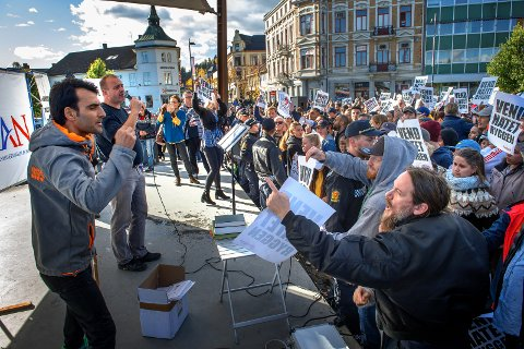 Lars Thorsen, nummer to fra venstre, må svare for det politiet mener er hatefulle ytringer. Han og Fanny Bråten må møte i Oslo tingrett i dag, mandag.  Arkivfoto: Brynjar Eidstuen