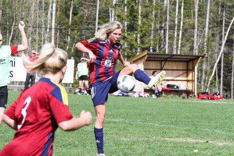 Maren Lundby knyter på seg fotballskoene igjen under Kreftkampen på Nammo stadion fredag 14. juni.