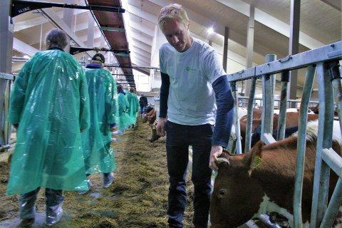 BEDRE FOR BÅDE DYR OG NATUR: Bonden Håvard Schiager ser mange fordeler med å ha valgt tre som byggmateriale for det nye fjøset hvor 170 dyr holder til.
