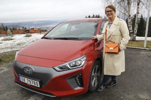 For vår jord: Dirigent og musiker Marit Tøndel Bodsberg Weyde er bitt av elbil-basillen, og har nylig investert i en Hyundai Ionic. foto: frode hermanrud
