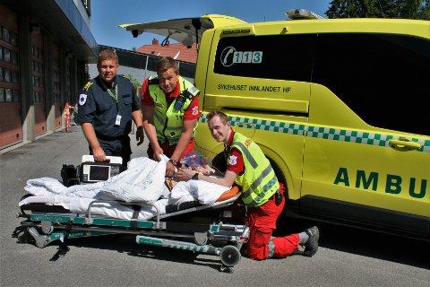 NYTT MESTERSKAP: Områdeleder for ambulansetjenesten i Vestoppland, Håvar Åsengen, er spent på hvordan det første SI-mesterskapet i faget vil bli. Her sammen med paramedic Steinar Slåttum og ambulanselærling Grunde Hansen ved sykehuset i Gjøvik.