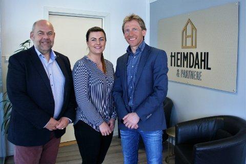 KJEDE: Geir Heimdahl ig Heimdahl & Partnere opplyser at de blir en del av kjede Re/Max. Her er han sammen med Finn Mauritz Malterud (t.v.) og Milla Revling (Arkivbilde)