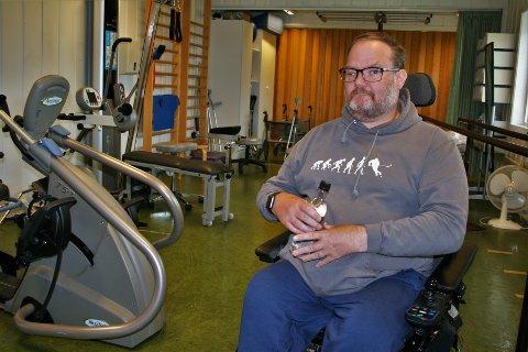MÅ LÆRE HVERDAGSLIGE TING PÅ NYTT: Ei uke etter hjerneslaget 30. mai kom Remi Johansen til Solås rehabiliteringssenter i Gjøvik, hvor han i dag trener på å igjen kunne gjøre hverdagslige ting som å holde ei vannflaske med høyre hånda.