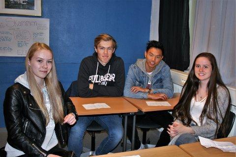 NYTTIG: Camilla Rønning Fremstad (t.v.), Magnus Grøterud, Are Nilsen og Tuva Brenden går alle andre året på studiespesialisering ved Gjøvik videregående skole, og synes det var bra å få høre mer om hvordan ulike yrker er i praksis, og hvordan man kan komme seg dit.