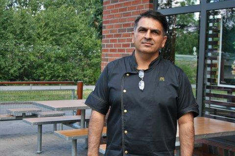 INVITERER ANSATTE TIL Å TA KONTAKT: Driftsdirektør Irfan Ahmad i Qsc Restauranger, som eier McDonalds-restauranten i Gjøvik, forteller at de ønsker å ha en «open door-policy», hvor de ansatte kan komme til dem om de har noe på hjertet.