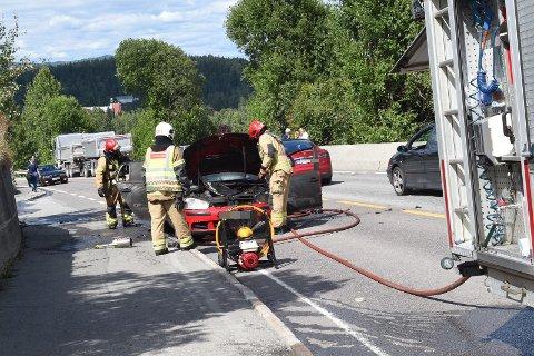 BRANN: Brannvesenet rykket ut og fikk raskt kontroll på bilbrannen.