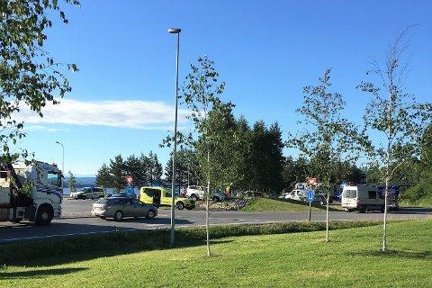 Det var manuell dirigering av trafikken forbi midtrabatten på Opplands-sida av Mjøsbrua.
