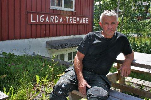 JOBBER DOBBELT: Omsetningen har vært jevn, men det er på tide å trappe ned fra to fulle jobber, forteller Jan Petter Haug, som har drevet trevareforretningen i Ligarda i Søndre Land i 25 år.