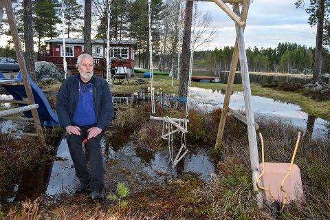 OVERSVØMT: - Normal vannstand oppleves som flom, sa hytteeier Kai W. Evensen på Trevatn da mye av hyttetomta hans sto under vann i slutten av mai i fjor.