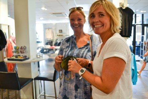 DET LILLE EKSTRA: – Det er klisjé å si at man skal skille seg ut ved å være god på service, men det er nettopp forholdet med kundene våre som har vært Sulland Motes varemerke, sier leder Unn Beathe Sulland, her sammen med Torhild Oppegaard.