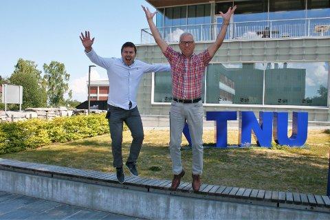 GLADE FOR ØKNING: Den stadige veksten i antallet som ønsker å studere på NTNU i Gjøvik gjør at opptaksansvarlig Andreas Hagen (t.v.) og viserektor Jørn Wroldsen villig stiller opp på et klassisk jubelbilde foran logoen på campus.
