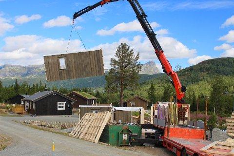 NYTT: Levering og montering av yttervegger til en ny hytte i Raudalen Resort.