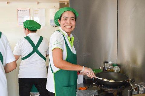 TRAVELT: I ettermiddags-helgene er det alltid mye å gjøre for Yodruong (Loung) Wongpakdee. Da møter thaimat-sultne Hov-boere opp utenfor matvognens faste plass ved Rema 1000 for å hente sine bestillinger.