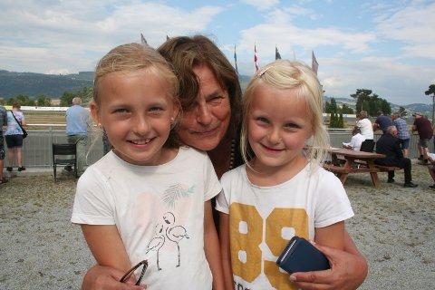 MØTTE PRINSESSEN. Wilma Stikbakke (8) og Adelin Stikbakke (6) var sammen med bestemor Aud Stikbakke på Biri travbane denne helga.