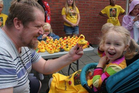 KLARE FOR START: Egil Hansen og datteren Thea Maria Hansen ønsket sin deltager «Duck of Speed» lykke til på reisen.