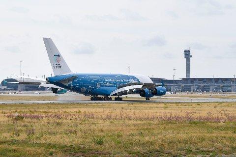 Gardermoen  20180802. Airbus Airbus A380-841 (9H-MIP) fra Hi Fly lander på Oslo lufthavn torsdag. Charterselskapet Ving sliter etter flytrøbbelet på Rhodos og har leid inn verdens største passasjerfly for å frakte nordmenn til og fra Mallorca. Foto: Fredrik Olastuen / NTB scanpix