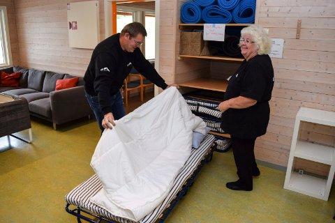 I FINESTE LAGET: - Bente Mikkelborg og Robert Nilsen tilbyr pilegrimer oppredd seng i Bygdestua på Hoffsvangen. - De fleste synes det blir for fint med pute og dyne, og ligger i egen sovepose på golvet, sier de.